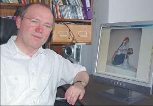 Pfarrer Wolfgang Hunold mit dem Bild der Pietà, die an die Wallfahrt nach Grimmenthal erinnern soll. Fotos: Matthias Holluba