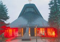 Die Ilmenauer katholischen Christen freuen sich über ihre Kirche, die vor 25 Jahren geweiht wurde: Rechts unten im Bild die Pfarrkirche, links daneben Gemeindemitglieder, die ihren Baustein als Andenken abholen. Die beiden oberen Bilder entstanden während des Gottesdienstes.