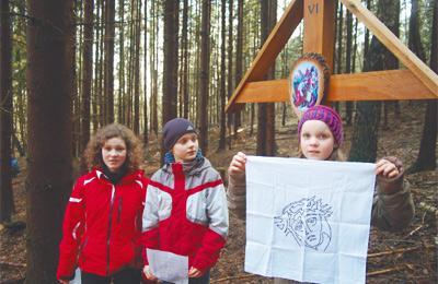 Gemeinsames Beten: Die Kinder der Gemeinde gestalteten die Andacht an einigen Stationen. Im Bild die Station, in der Veronika Jesus das Schweißtuch reicht