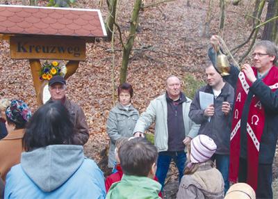 Pfarrer Carsten Kämpf aus Weimar segnete den neuen Kreuzweg im Bachraer Forst. Besucher sind ausdrücklich willkommen.
