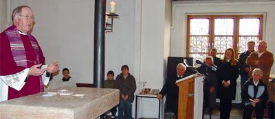 Gemeindeverbunds- Kooperator Pfarrer Ulrich Schade entnimmt der Rackwitzer Altarplatte im Anschluss an die letzte Eucharistiefeier die Reliquien. Zwei Tage später wurde der Altar zerlegt und abtransportiert.