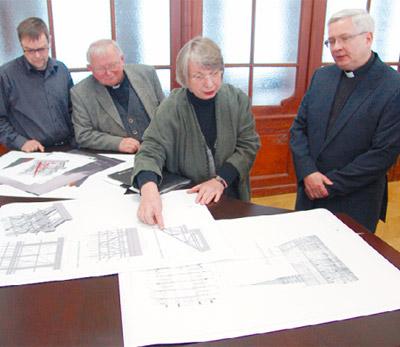 Stellten das Sanierungsprojekt vor: Thomas Backhaus, Leiter der Bauabteilung im Bischöflichen Ordinariat, Generalvikar Hubertus Zomack, Architektin Doris Kohla und Dompfarrer Thomas Thielscher (von links nach rechts).