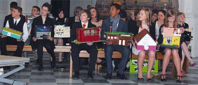 Die Jugendlichen in der Dresdner Kathedrale mit ihren Lebenshäusern.