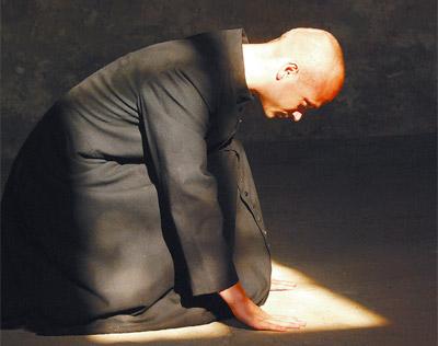Stärke, die im Widerstand aus dem Glauben heraus liegt, verkörpert Andritzki-Darsteller Tomas Kliman. Die Andritzki- Filminstallation wird im Vorfeld der Seligsprechung des Märtyrers gezeigt. Fotos: Rafael Ledschbor