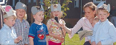 Die Kinder der Frohen Herrgottstunde spielten beim Gemeindefest eine abenteuerliche Mäusegeschichte.