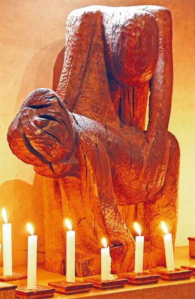 Diese Pieta von Werner Nickel erinnert in der Nicolai-Kirche in Brandenburg an die Opfer aller ungerechten Gewalt