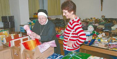 Schwester Seraphina Teubner bespricht mit Familienhelferin Gabriele Riedel die Zusammenstellung der Weihnachtspakete für bedürftige Görlitzer Kinder.