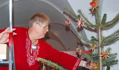 Christa Hippe ist beruflich seit Jahren mit dem Museum verbunden. Im Vorfeld der Wiedereröffnung half sie mit, den Jägerhof in eine weihnachtliche Stimmung zu setzen. Der Baumschmuck wird in jedem Jahr von den Dresdnern und anderen Sachsen selbst gefertigt.