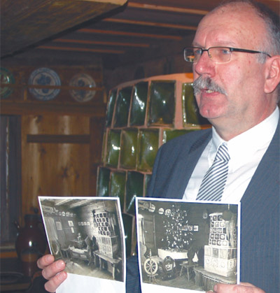 Igor Jenzen, der Direktor des Museums, zeigt Fotos der von Oskar Seyffert konzipierten Lausitzer Stube, die jetzt wieder Teil der Ausstellung ist.