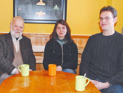 Vereins-Vorsitzender Dr. Johannes Piskorz im Gespräch mit KSG-Sprecherin Irene Nickel und Student Simon Brüggemann.