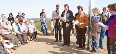 Evangelische und katholische Christen beteten am 10. April auf dem Apollensberg am Rand von Wittenberg gemeinsam Stationen des Kreuzweges. Auf der 127 Meter hohen Erhebung wurde im Jahr 2000 im Rahmen des Expo-Kirchenpfades ein acht Meter hohes Kreuz errichtet.