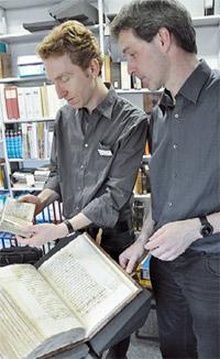 Dr. Christoph Mackert (links) und Matthias Eifler mit dem Buch von 1510 im Handschriftenzentrum.