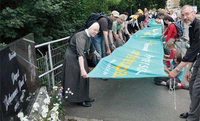Von Görlitz-Weinhübel führte der Renovabis-Pilgerweg am Samstag vor Pfingsten nach Zgorzelec. Auf der Brücke über die Neiße symbolisierten von den Pilgern gespannte Fahnentücher die Verbundenheit zwischen den Menschen in West und Ost.