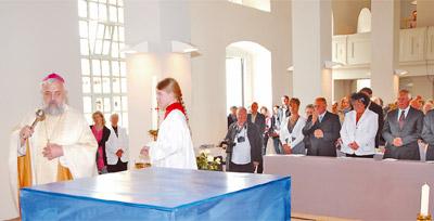 Bischof Gerhard Feige segnet den neuen Altar der katholischen Gemeinde. Den evangelischen Teil der Doppelkirche nimmt zur gleichen Stunde Bischöfin Ilse Junkermann mit der Gemeinde wieder in Dienst.
