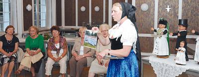 Zum Programm der Tage der Begegnung und Erholung im Bischof-Benno-Haus in Schmochtitz gehörte auch ein sorbischer Abend (Zweite von links: Valentina Ivanuskina).