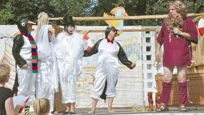 Die Wallfahrtsstunde bei der Bistumswallfahrt gestaltete die Pfarrei Maria Himmelfahrt in Wittichenau. Drei Pinguine, in orginellen und aufwendig gestalteten Kostümen, diskutierten mit einer weißen Taube unter anderem über Gott und den Himmel.